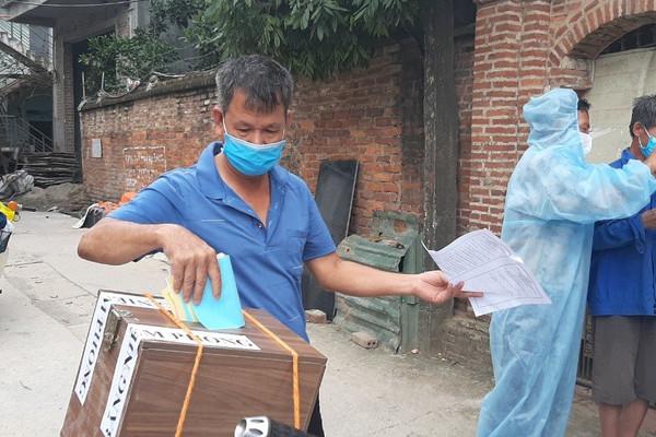 Bắc Giang: Hòm phiếu được chở tận xóm trọ, giữa tâm dịch người dân vẫn được đảm bảo quyền bầu cử