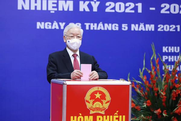 Các đồng chí Lãnh đạo Đảng, Nhà nước bỏ phiếu bầu ĐBQH khóa XV và đại biểu HĐND các cấp nhiệm kỳ 2021-2026