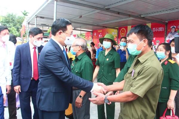 Chủ tịch Quốc hội Vương Đình Huệ kiểm tra bầu cử tại Hải Dương