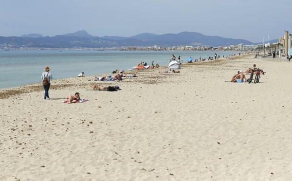Hơn 283.000 người kêu gọi cấm hút thuốc trên các bãi biển Tây Ban Nha