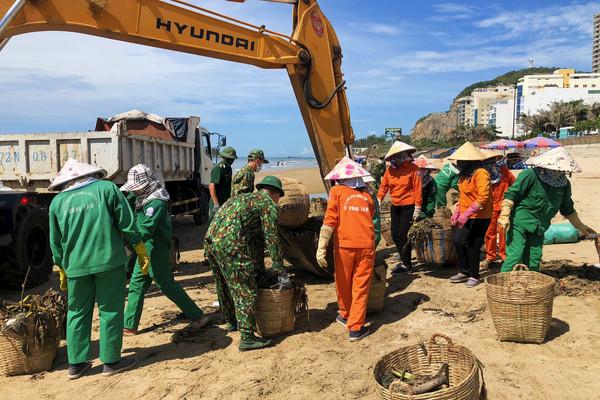 Thu gom hàng chục tấn rác trôi dạt vào bờ biển Vũng Tàu