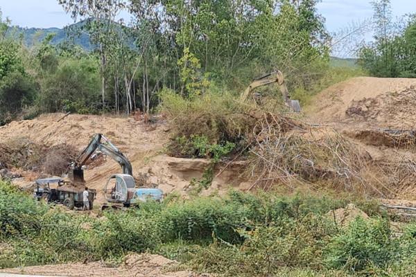 Bình Định xuất hiện nạn khai thác cát, đất tại các công trình bờ kè sông, suối