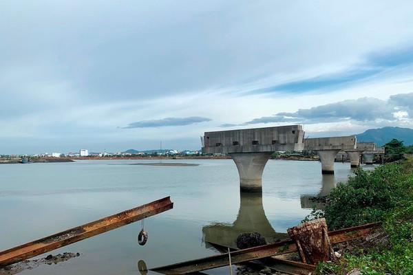 Quảng Nam: Cầu trăm tỷ 4 năm xây xong 4 trụ chơ vơ trên sông