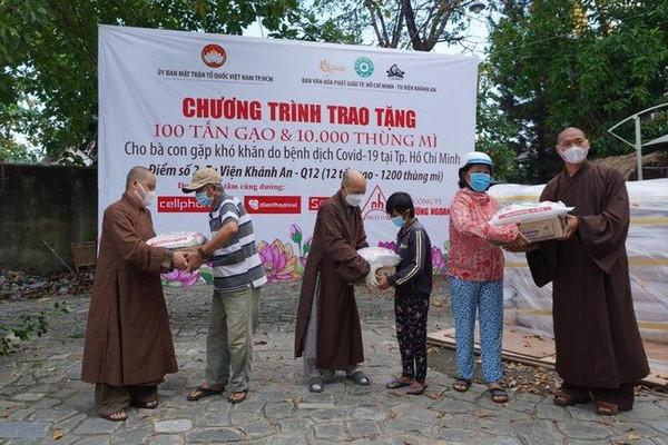 Ban Văn hóa Giáo hội Phật giáo TP.HCM tặng thực phẩm thiết yếu cho người dân có hoàn cảnh khó khăn
