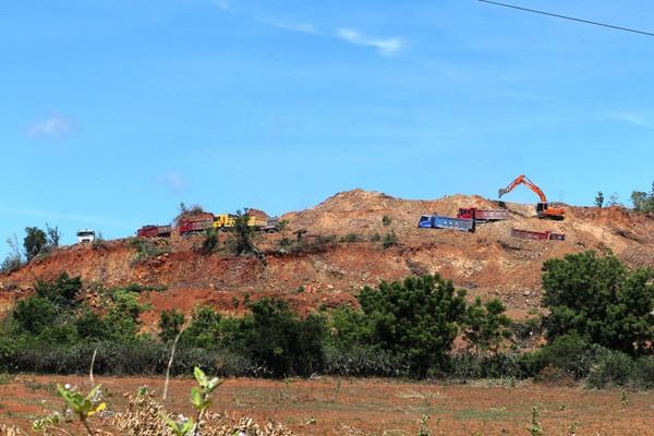 Ninh Thuận: Đoàn xe của Công ty Hướng Dương Sáng chở đất phá đường nông thôn