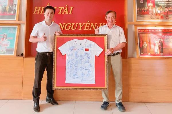 Đại học Luật Huế đấu giá áo có chữ ký HLV Park Hang Seo để ủng hộ quỹ vaccine COVID - 19
