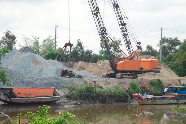 Thủ Thừa (Long An): Sẽ xử lý dứt điểm hoạt động bến bãi tập kết vật liệu xây dựng trái phép