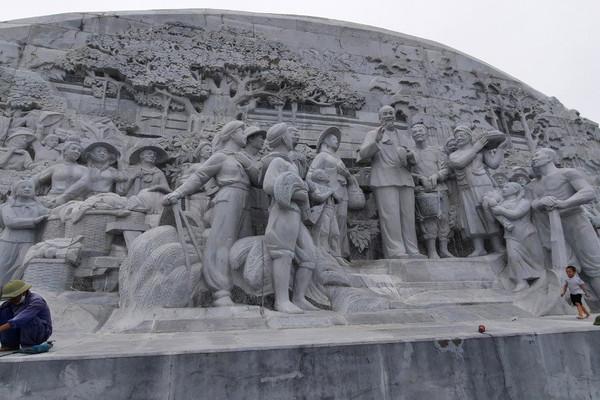 """Tượng đài mới khánh thành đã xuống cấp ở Thái Bình: Có hay không dấu hiệu """"rút ruột công trình""""?"""
