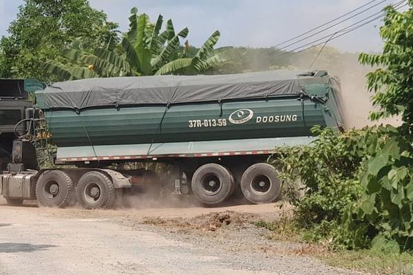 """Như Xuân (Thanh Hóa): Dân """"kêu trời"""" vì xe tải chở khoáng sản từ mỏ của Công ty Puzzo Lan Như Xuân"""