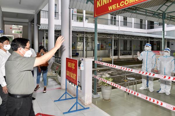 Thủ tướng thăm cơ sở xét nghiệm và điều trị bệnh nhân COVID-19 tại Tây Ninh