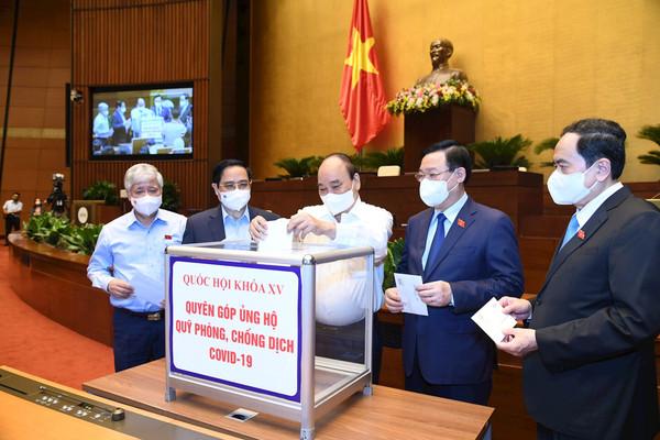 Đại biểu Quốc hội quyên góp ủng hộ Quỹ phòng chống COVID-19