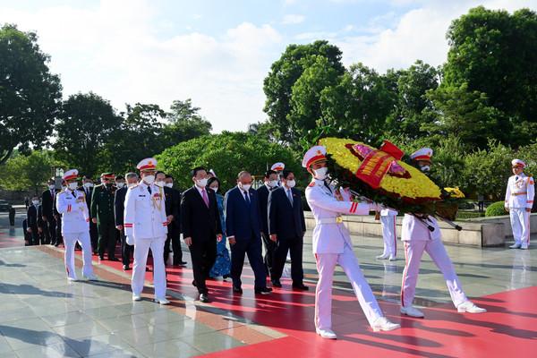 Lãnh đạo Đảng, Nhà nước, Quốc hội đặt vòng hoa, tưởng niệm các Anh hùng liệt sĩ