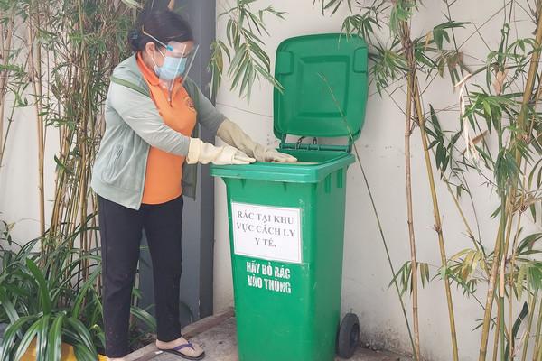 Chuyện về những người xử lý rác thải mùa dịch