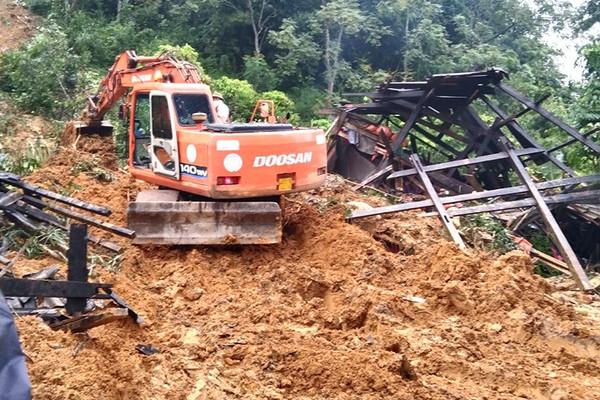 Tuyên Quang: Sạt lở đất kinh hoàng, 3 cháu nhỏ bị vùi lấp