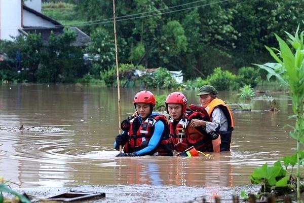 Lũ lụt nghiêm trọng tại Trung Quốc, 12 sông vượt mức cảnh báo