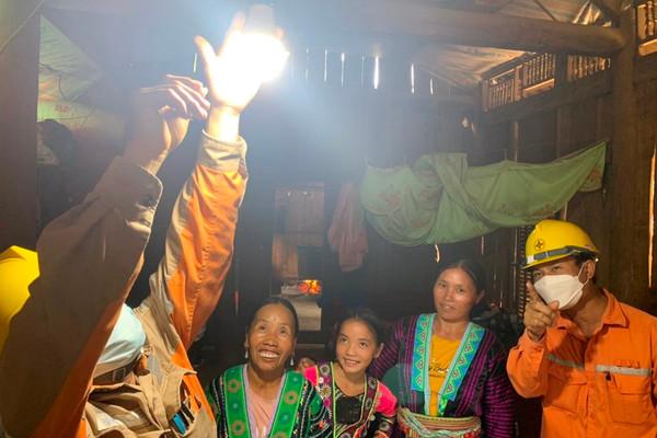 Đồng bào Mông ở Sơn La vui đón dòng điện sáng