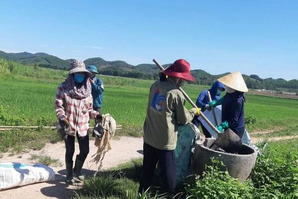 """Mục sở thị cách làm """"sạch từ nhà ra đồng ruộng"""" ở Anh Sơn, Nghệ An"""