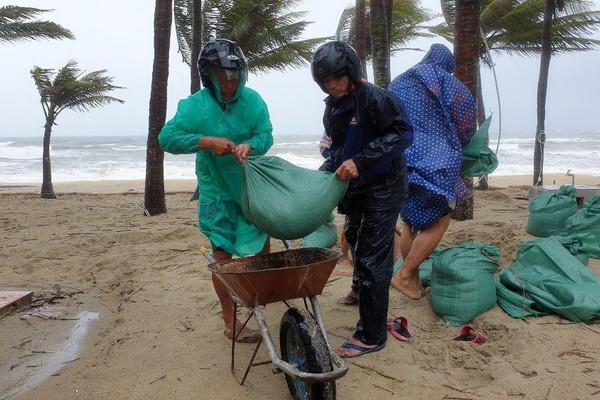 """Quảng Nam: Người dân hối hả """"gia cố"""" bờ biển Cửa Đại trước bão"""