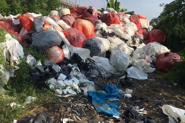 Tiên Lãng (Hải Phòng): Chất thải da giầy tập kết trái phép tại chân cầu Mới, xã Tự Cường