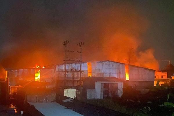 Hải Phòng: Hỏa hoạn thiêu rụi xưởng giấy rộng gần 1.000m2
