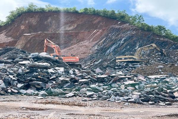 """Quảng Bình: """"Núp bóng"""" cải tạo đất để khai thác đá trái phép?"""