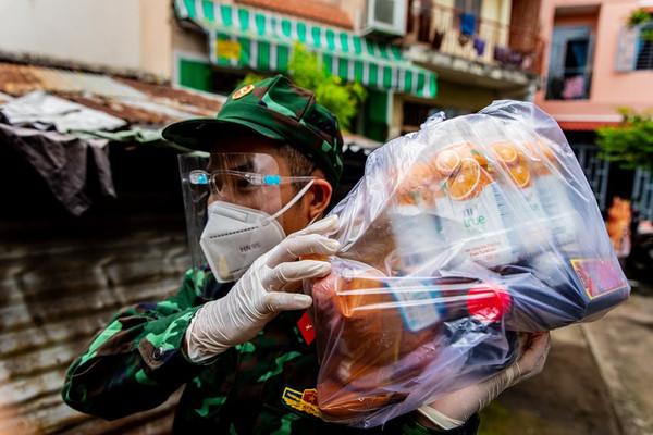 Chùm ảnh: Bộ đội 'tiếp tế' thực phẩm cho người dân khó khăn do Covid-19