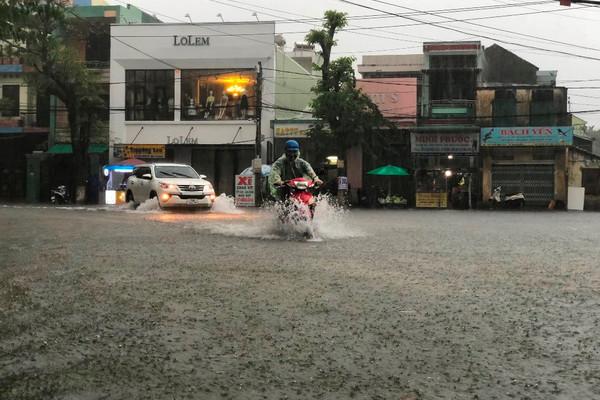 Quảng Ngãi: Nhiều tuyến đường ngập sâu, gió lốc càn quét xã ven biển