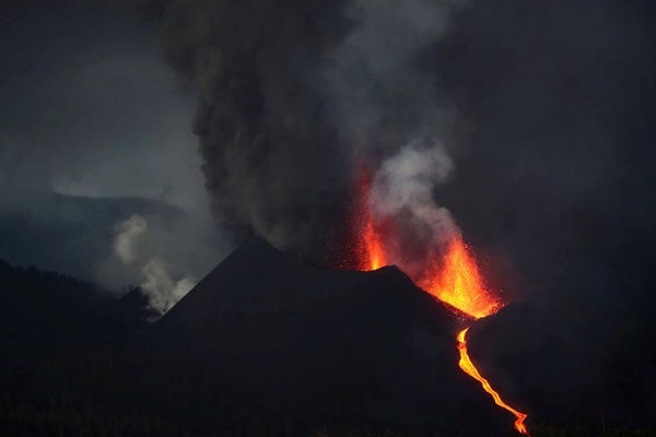 Hơn 700 người ở Tây Ban Nha phải sơ tán do núi lửa phun trào