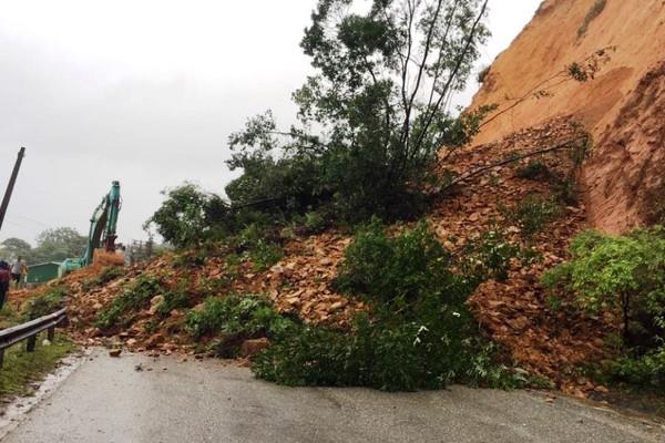 Hà Tĩnh: Mưa lớn gây sạt lở nghiêm trọng trên tuyến quốc lộ 8A