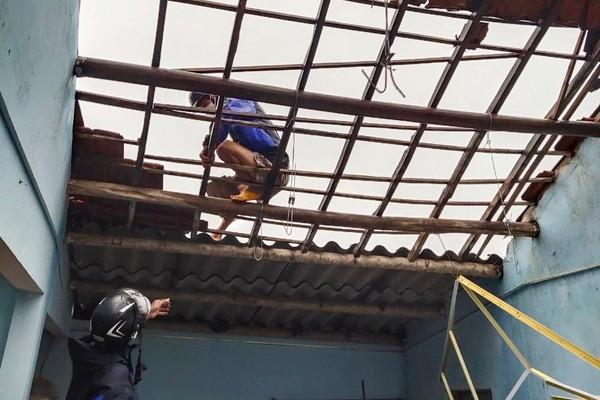 Quảng Ngãi: Lốc xoáy cuốn phăng hàng chục mái nhà dân trong đêm