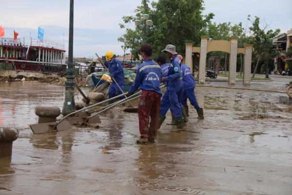 Người Hội An vất vả dọn dẹp rác thải, bùn non sau lũ