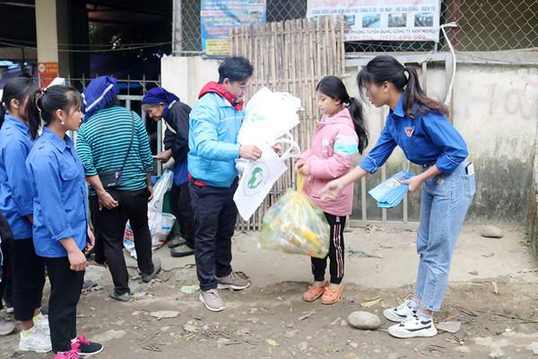 Lào Cai: Tuyên truyền chống rác thải nhựa tại các chợ vùng cao