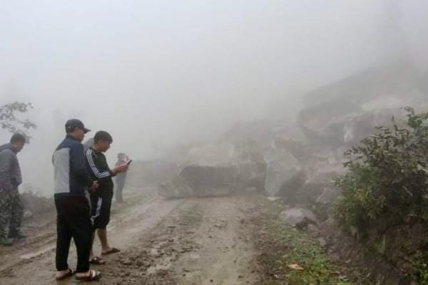 Bát Xát - Lào Cai: Sạt lở hàng nghìn mét khối đá trên tỉnh lộ 158