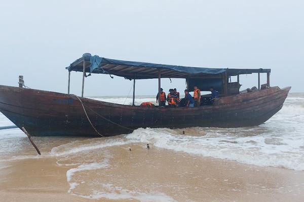 Tàu gỗ có chữ Trung Quốc dạt vào bờ biển Quảng Trị
