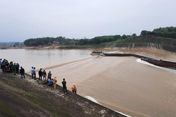 Quảng Trị: Tàu chở cán bộ Sở GTVT gặp nạn giữa dòng nước xiết, 1 người mất tích
