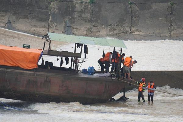 UBND tỉnh Quảng Trị chỉ đạo làm rõ nguyên nhân vụ lật tàu trên sông Thạch Hãn