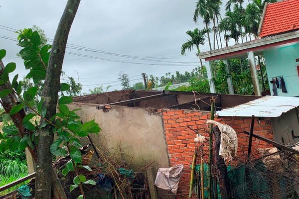 Quảng Ngãi: Lốc xoáy kinh hoàng, hàng chục nhà dân bị tốc mái