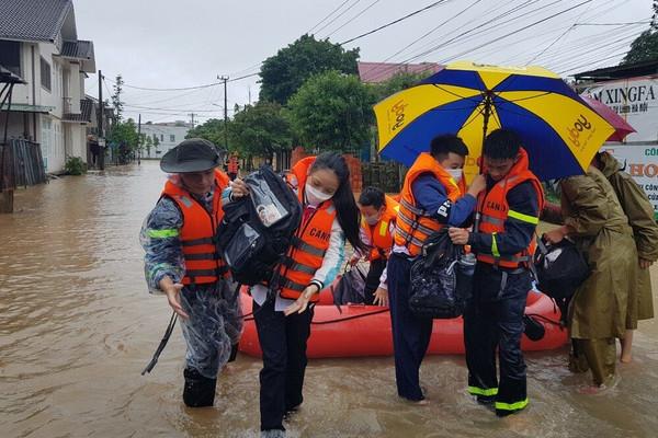 Quảng Trị: Cứu hộ hàng trăm học sinh khỏi trường học bị ngập trong nước