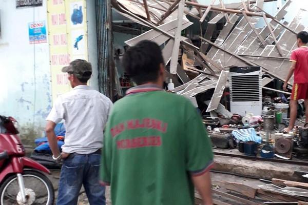 Đà Nẵng: Lốc xoáy bất ngờ, nhiều nhà dân bị tốc mái